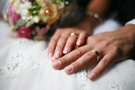 Ehering rechts oder links? • Wedding Deluxe · Deine
